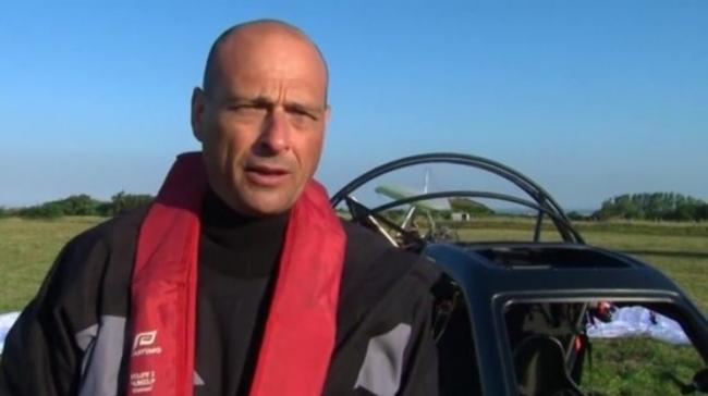 شاهد: فرنسي يعبر القنال الإنجليزي بسيارة طائرة