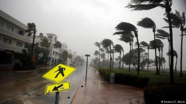 """إعصار """"إرما"""" يتراجع إلى الدرجة الأولى.. آخر التطورات"""