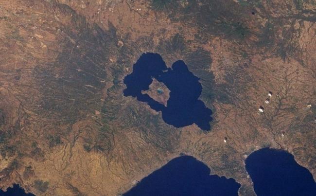 تعال معنا في طقس فلسطين لنعرفك على البحيرة التي بها جزيرة التي تحتوي على بحيرة بها جزيرة