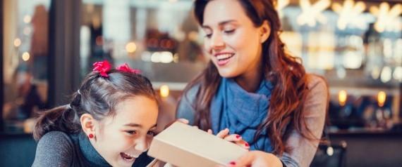 هذا ما يحدث في نفسية الطفل الذي يتلقَّى الهدايا باستمرار