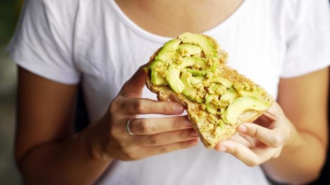 فوائد عديدة للأفوكادو.. لكن احذر تناوله مع الخبز!