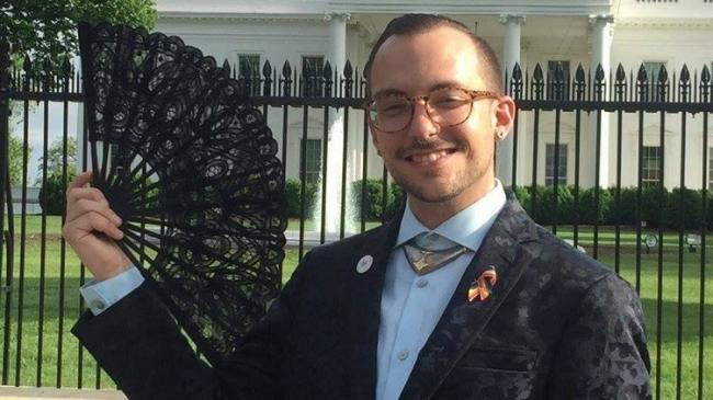 مدرس شاذ جنسياً مع عائلة ترامب يشعل مواقع التواصل