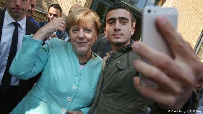 اللاجئ صاحب السلفي مع ميركل يقاضي فيس بوك