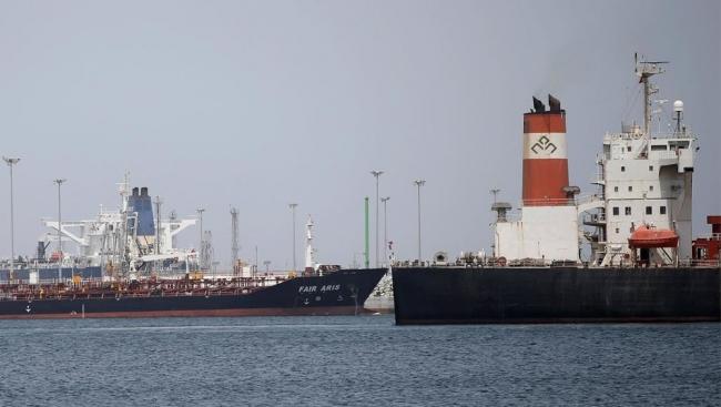 أنباء عن انفجارين كبيرين استهدفا ناقلتي نفط في خليج عُمان