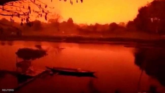 السماء في إندونيسيا تتحول للون الدم.. وفيديو للواقعة