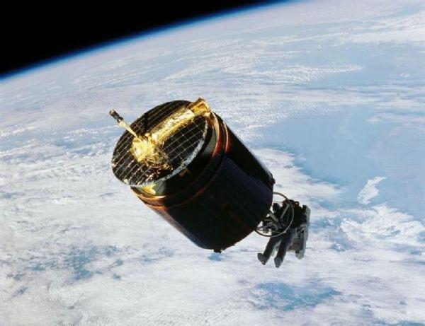 رائد الفضاء الذي التقط قمرا صناعيا
