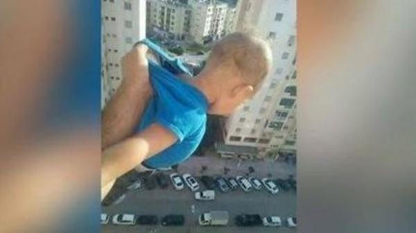 """الجزائر..عرّض ابنه للموت من أجل """"اللايكات"""""""