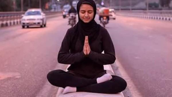 فتاة مصرية تتحدى عادات الصعيد وتلعب اليوغا في شوارع قنا