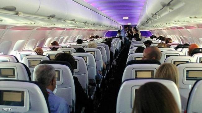 بالفيديو.. حركت مقعدها في الطائرة فتعرضت لما لا يصدقه عقل