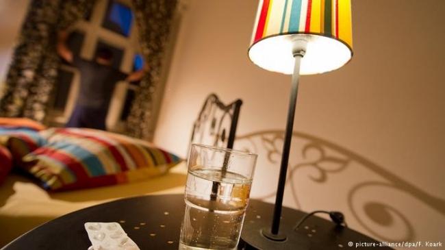 لهذا السبب.. تجنب وضع كأس ماء بالقرب منك أثناء النوم!