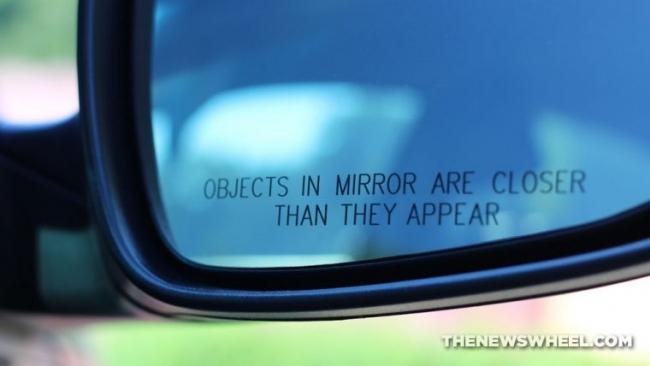 لماذا تبدو الأشياء في مرآة السيارة أقرب مما هي عليه في الحقيقة؟