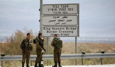 حاول خنقه بشاحن هاتف خلوي.. اعتقال شاب من نابلس هاجم جندياً إسرائيلياً في معبر الكرامة