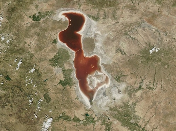 حل لغز بحيرة الدم الإيرانية