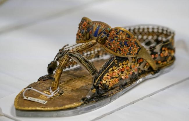 بعضها صُنع لأسباب اضطرارية وآخر للإغواء.. 10 أحذية غيَّرت العالم
