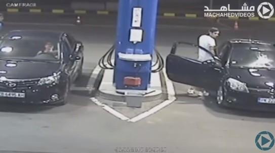 شاهد.. كيف تصرف عامل بمحطة بنزين مع شاب رفض إطفاء السيجارة