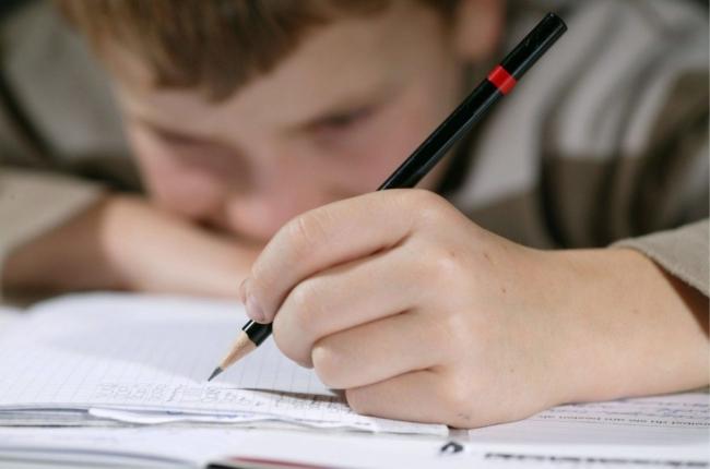 للأسف الشديد الشديد: لم يعُد الأطفال قادرين على الإمساك بالأقلام للكتابة