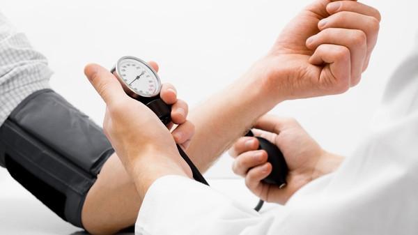 """الأطباء """"يرفعون"""" ضغط الدم وقياساتهم خاطئة!"""