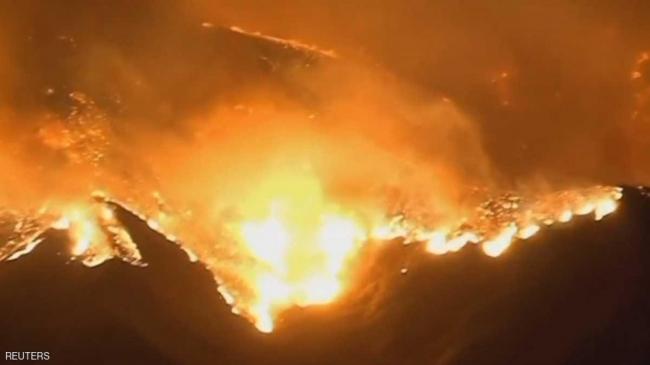 حرائق هائلة تهدد مئات المنازل في كاليفورنيا