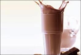 الحليب بالشوكولاتة يحمي عضلات المرأة
