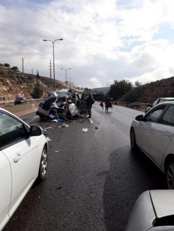 بالفيديو .. قتيلان و 41 جريحا في انقلاب حافلة للمستوطنين في القدس