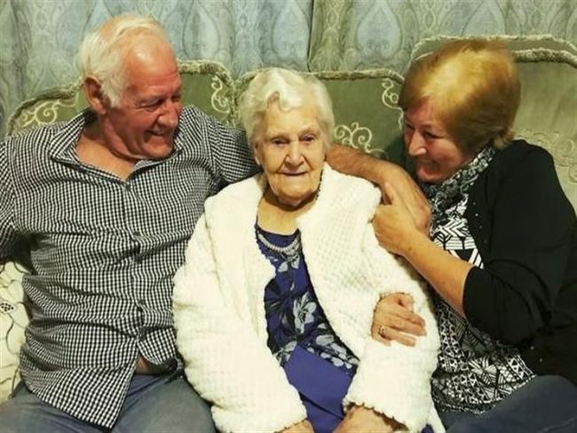 جدة بريطانية تحضر جنازتها وسط أحفادها
