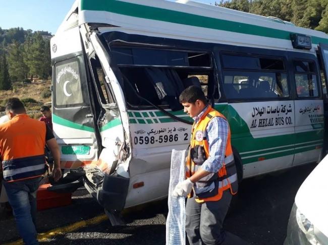 الثاني خلال ساعة واحدة فقط: بالصور... حادث سير كبير على طريق نابلس رام الله وعشرين جريحاً