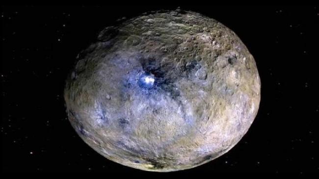 """صور مذهلة لكوكب قزم """"لا يشبه أي شيء رآه الإنسان سابقا"""""""