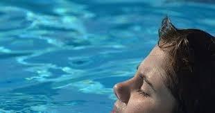 ليس للكلور رائحة! تلك التي تعودناها في حمامات السباحة هي رائحة البول