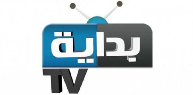 """شاهد بالفيديو.. لحظة سقوط المسرح على مذيع في قناة """"بداية"""" على الهواء مباشرة"""