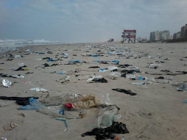 عدا المياه العادمة...المخلفات البلاستيكية تغرق شواطئ قطاع غزة وتهدد البيئة البحرية