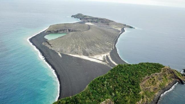 علماء يستكشفون جزيرة حديثة الولادة بالمحيط الهادئ