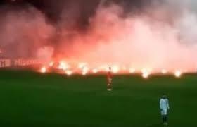 """شاهد...مشجعون """"يحرقون"""" الملعب بعد فشل منتخبهم في التأهل لكأس العالم"""