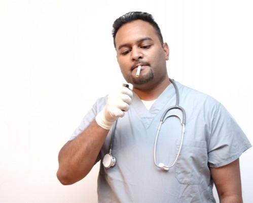 لماذا يدخن الأطباء بينما يحذرون من مخاطر التدخين؟