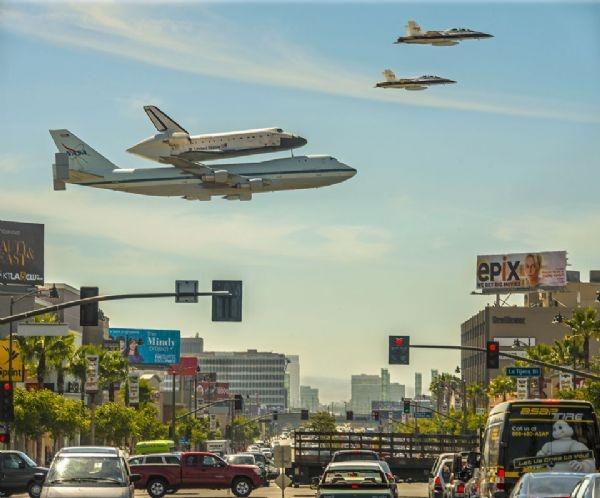 مكوك فضائي فوق لوس أنجلس
