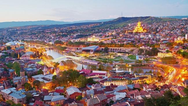تبليسي تُثرثر في حضن النهر والجبل