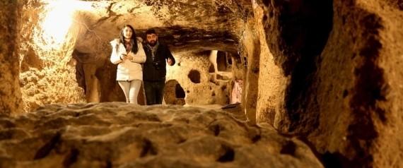 بالصور.. حفرت في أعماق الأرض وتتسع لـ30 ألف شخص.. ماذا تعرف عن كابادوكيا التركية ؟