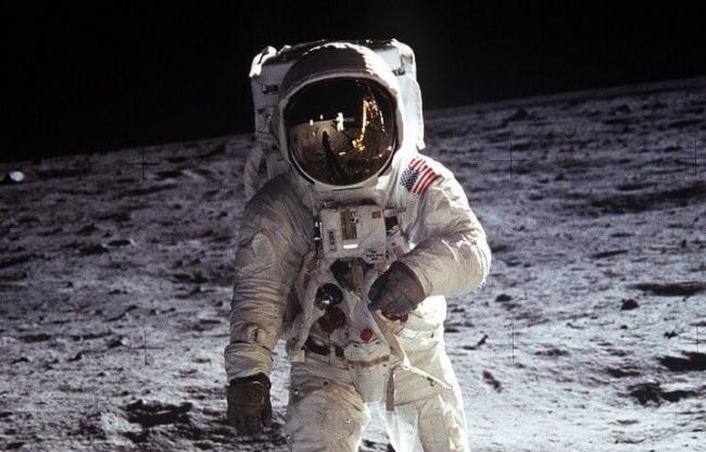 من قام بتصوير أو رجل هبط على سطح القمر ؟