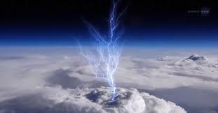 ومضات زرقاء غريبة قد تكشف أسرار العواصف الرعدية