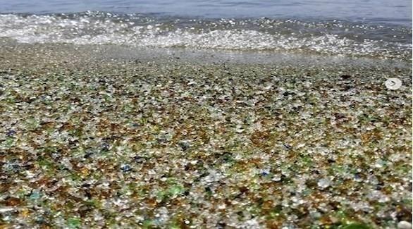 شاطئ صخري في اليابان يتحول إلى شاطئ زجاجي خلاب