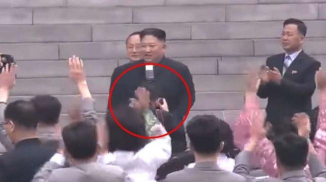 زعيم كوريا الشمالية يفصل مصوره الخاص.. لسبب غريب