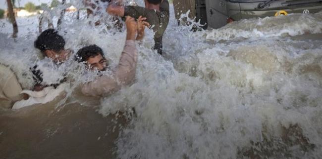 مخمورون يتسببون في غمر بلدتين بالمياه