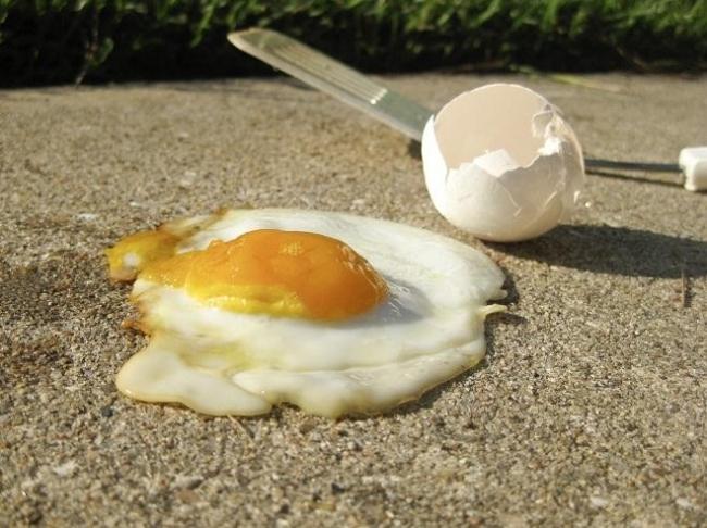 هل يمكن حقًا قلي البيض على الرصيف في الأيام الحارة؟