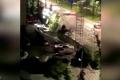 """بالفيديو.. حفرة """"جهنمية"""" تبتلع 21 سيارة في ثوان"""