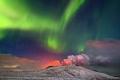 صورة مذهلة توثق ظهور الشفق القطبي فوق بركان آيسلندا الثائر