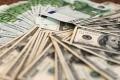 الدولار في أكبر هبوط منذ تسعة أعوام إثر قرارات ترامب