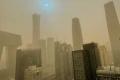 عاصفة رملية تجتاح بكين وتحجب ناطحات سحاب.. حوّلت لون الشمس إلى الأزرق (فيديو)