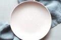 لا تخلو الأطباق من الخدوش المزعجة نتيجة استخدام السكين والشوكة.. إليك طريقة بسيطة ستساعدك على ...