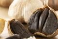 رائحته ليست كريهة، وفوائده أكثر من الأبيض الطازج.. ماذا تعرف عن الثوم الأسود؟