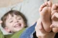 نقهقه بصوت عالٍ رغم شعورنا بالألم والانزعاج.. لماذا نضحك عند التعرض للدغدغة؟