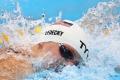لماذا يرتدي السباحون الأولمبيون قبَّعتين في المسابقات الرياضية؟